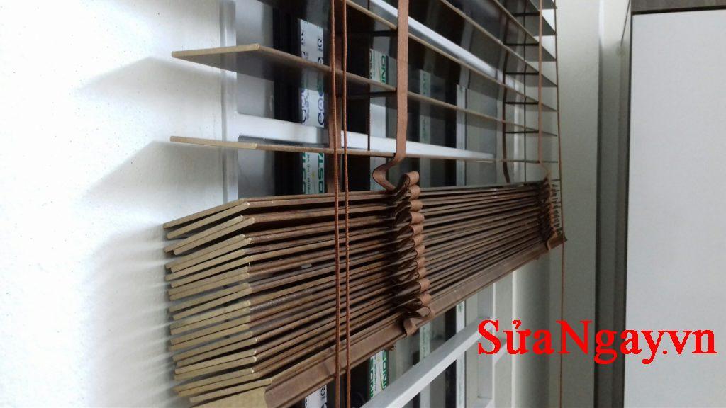 rèm gỗ kéo lên rất nhẹ nhàng và tiện lợi