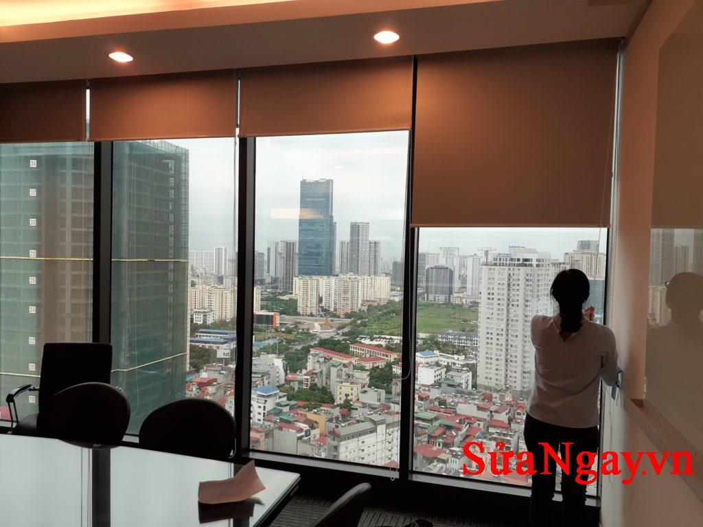 Nhận sửa rèm cuốn văn phòng giá 150k/bộ, công việc thay dây kéo hoặc lắp rèm theo yêu cầu