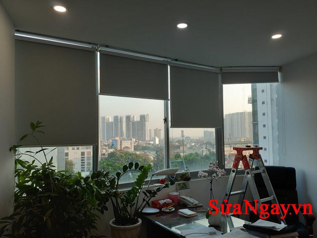 đặt rèm cuốn cản nắng nóng ngày hè trong các văn phòng. Có nhiều màu sắc để bạn lựa chọn, giá lắp đặt chỉ từ 210/m2
